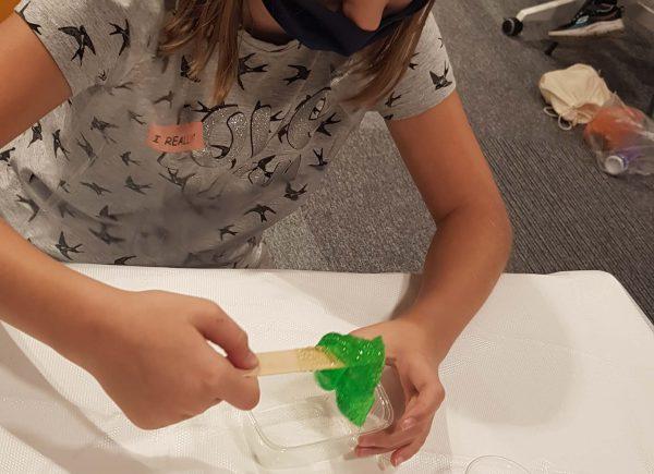 Studenci wykonują eksperymenty chemiczne podczas pierwszego zjazdu PUD