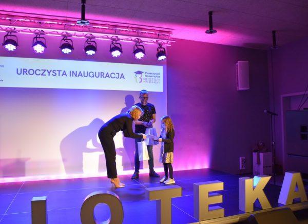 Uroczysta Inauguracja Piaseczyńskiego Uniwersytetu Dziecięcego - Pani Burmistrz rozdaje indeksy