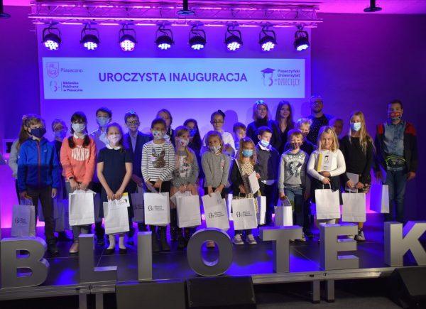 Uroczysta Inauguracja Piaseczyńskiego Uniwersytetu Dziecięcego - wspólne zdjęcie zPanią Burmistrz Piaseczna