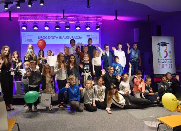 Uroczysta Inauguracja Piaseczyńskiego Uniwersytetu Dziecięcego - zdjęcie studentów zManufakturą Naukowców
