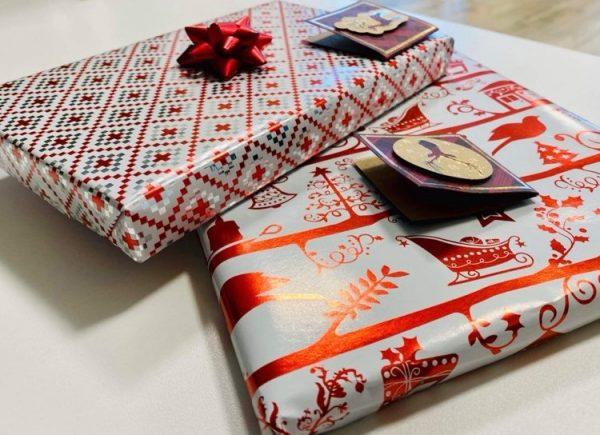 Książki zapakowane wkolorowy papier prezentowy.