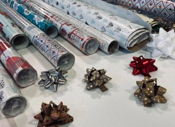 Świąteczny papier i kokardy do pakowania prezentów