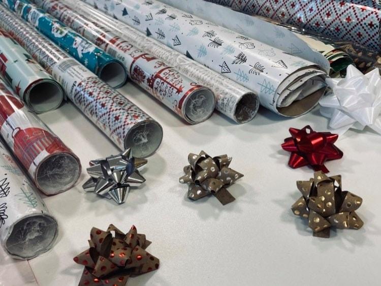 Świąteczny papier ikokardy dopakowania prezentów