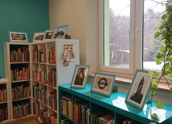 Regały biblioteczne ozdobione zdjęciami z wycieczki do Wielkiej Brytanii - wystawka