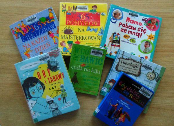 Wystawka książek zokazji dnia scrabble, książki ograch izabawavh