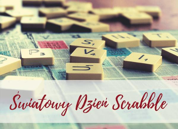Plakat dotyczący akcji Dzień Scrabble. Na stole plansza do gry i rozsypane literki
