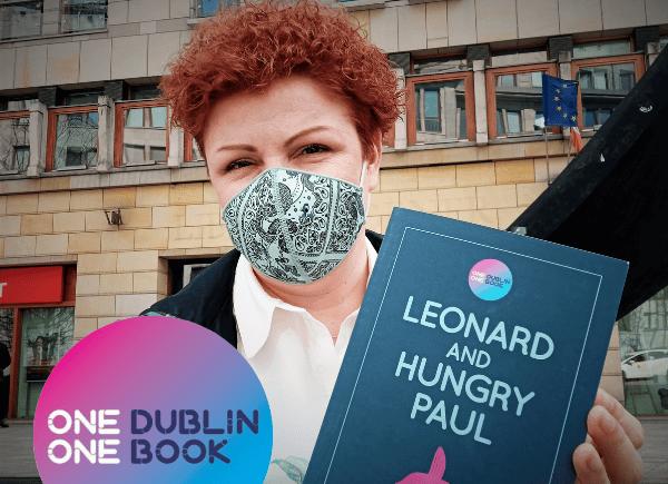Sylwia Chojnacka-Tuzimek z książką przed Ambasadą Irlandii