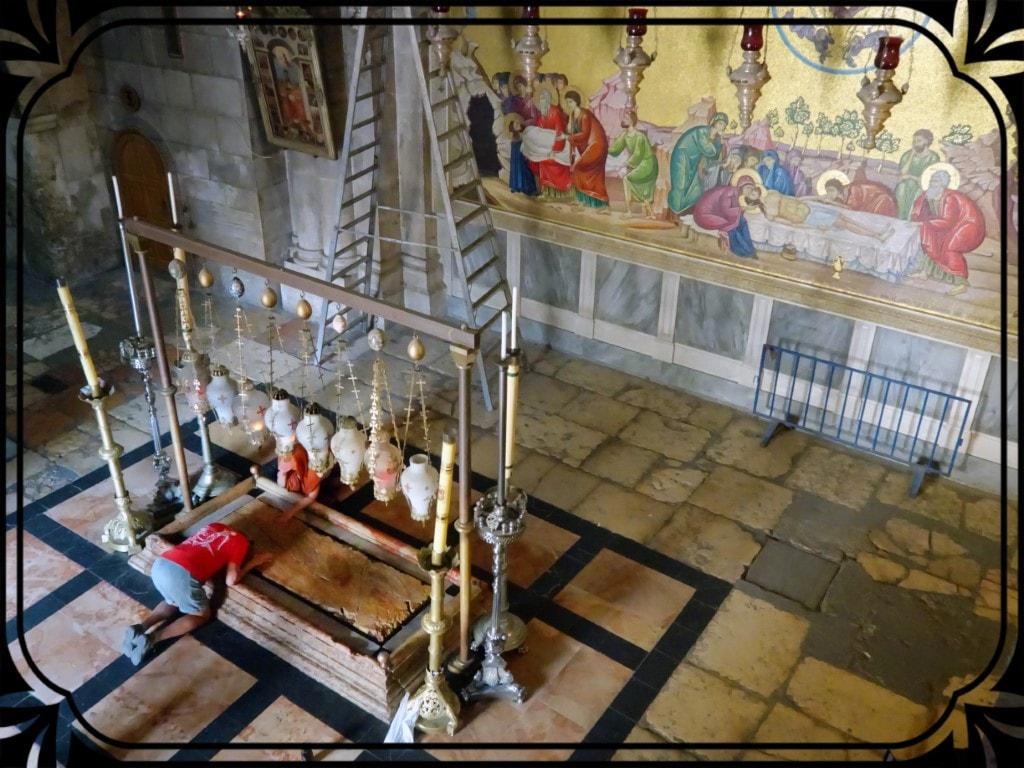 Jerozolima - wierny pochylający się nadKamieniem Namaszczenia, fot.Piotr Michalski