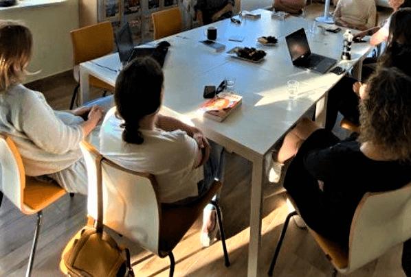 Uczestniczki Dyskusyjnego Klubu książki siedzące przy stole