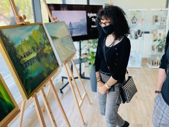 """Jolanta Rycerska ogląda wystawę """"Do dzieła"""""""