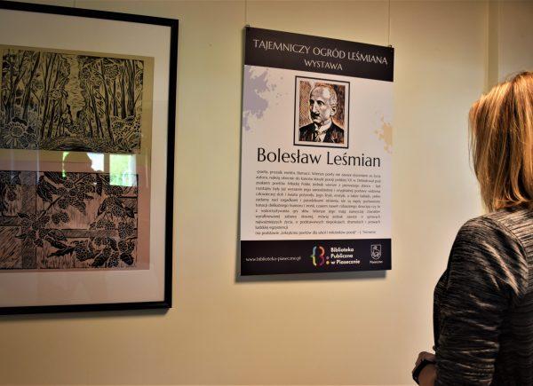 Zwiedzający ogląda wystawę oLeśmianie autorki: Katarzyny Jezierskiej-Tratkiewicz