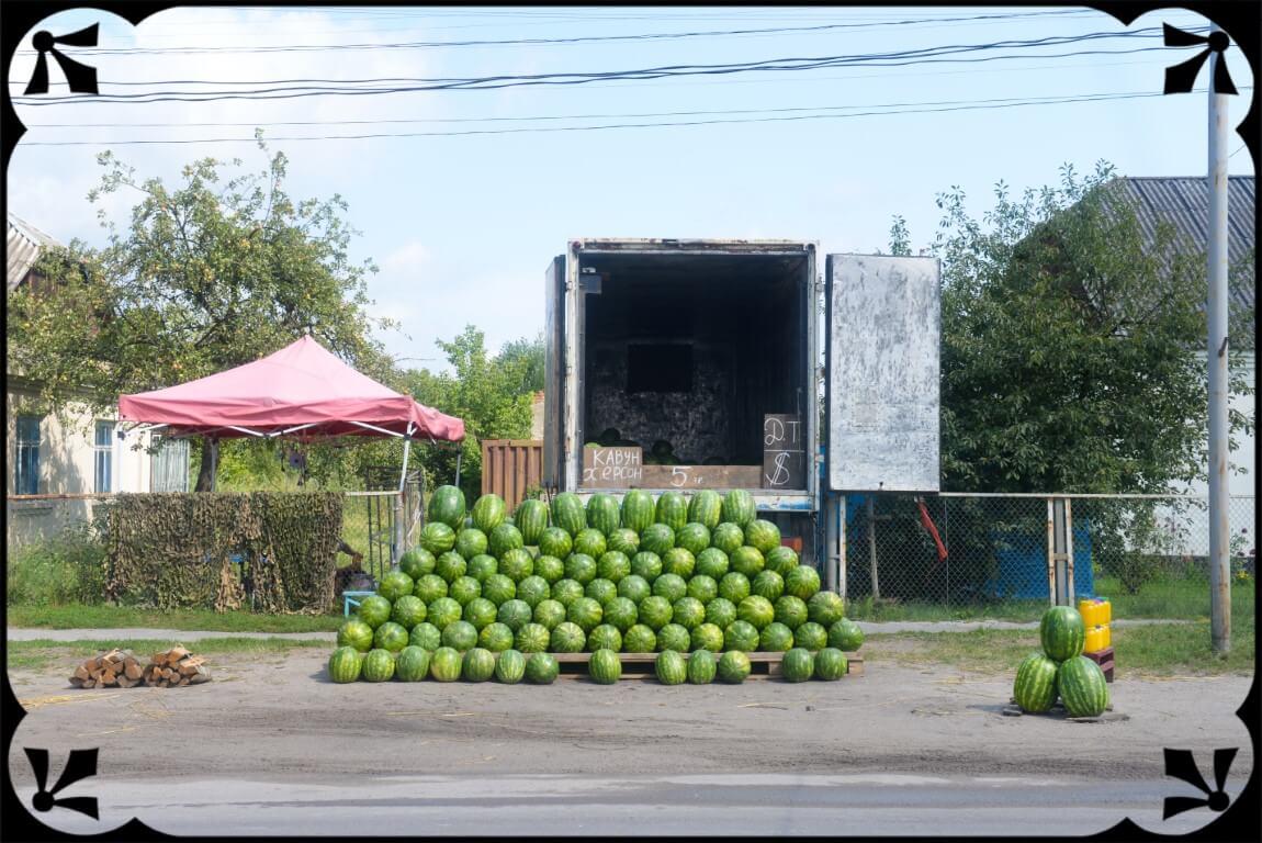 Ukraina sprzedaż arbuzów przeddomem, fot.Piotr Michalski