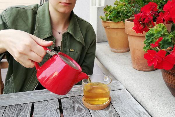 Herbata jaśminowa nalewana zczajniczka doszklanki
