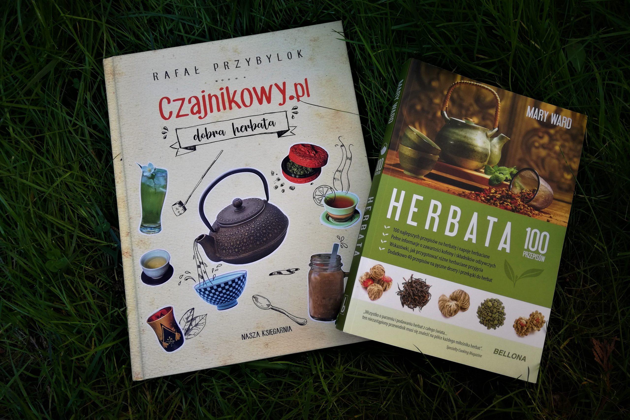 """Dwie książki oherbacie: """"Czajnikowy.pl - dobra herbata"""" autorstwa Rafała Przybylok orazksiążka Mary Ward """"Herbata. 100 przepisów"""""""