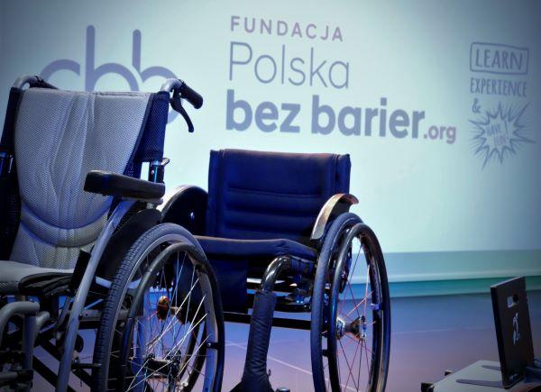 Szkolenie z dostępności dot. osób z niepełnosprawnością. Szkolenie prowadzone przez Fundację Polska bez barier.
