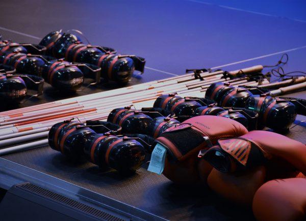 Sprzęt potrzebny doszkolenia - rękawice bokserskie, białe laski, słuchawki wygłuszające otoczenie.