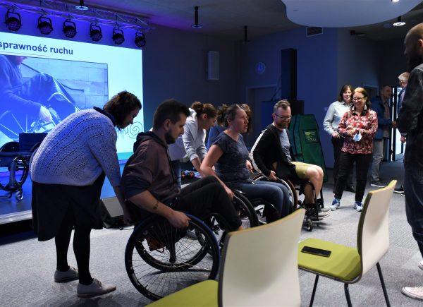 Próba poruszania się nawózku inwalidzkim
