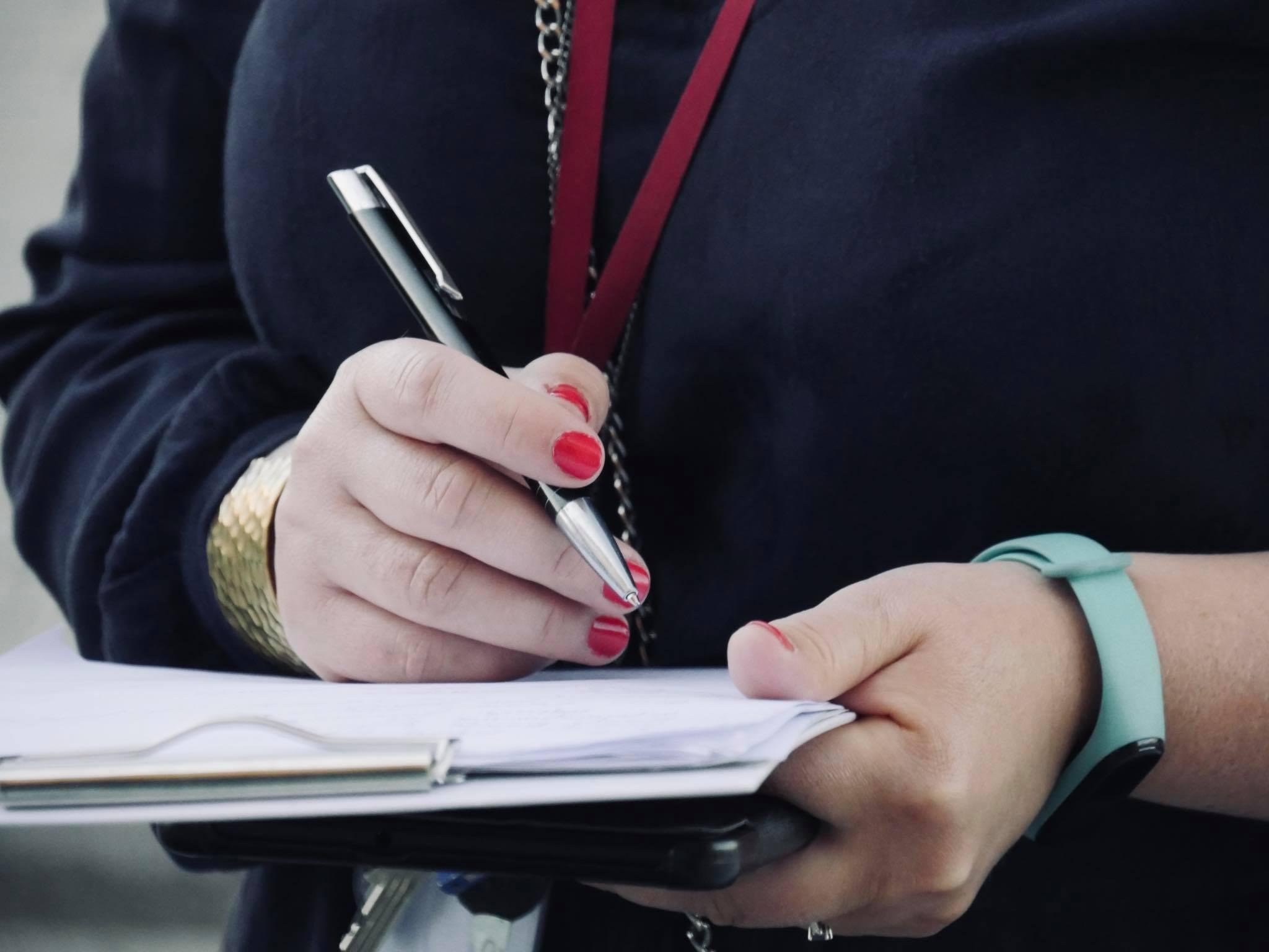 Spotkanie podczas audytu architektonicznego dostępności wBibliotece Publicznej wPiasecznie - osoba robiąca notatki