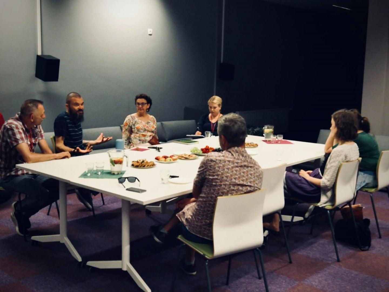 Spotkanie podczas audytu architektonicznego dostępności wBibliotece Publicznej wPiasecznie