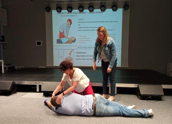 Szkolenie pracowników z pierwszej pomocy - pozycja bezpieczna.