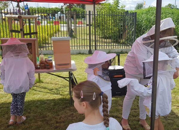 Dzieci ubierają się wstrój pszczelarza