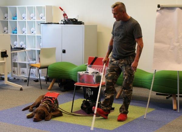 Pan Sebastian Grzywacz i pies przewodnik