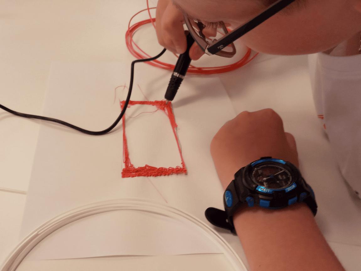 Uczestnicy tworzą banknoty zapomocą długopisu 3D