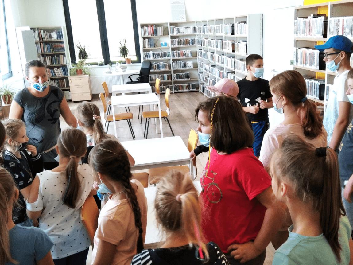 Dzieci zwiedzają czytelnię