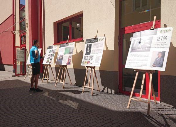 Wystawa dotycząca historii biblioteki wZalesiu Dolnym