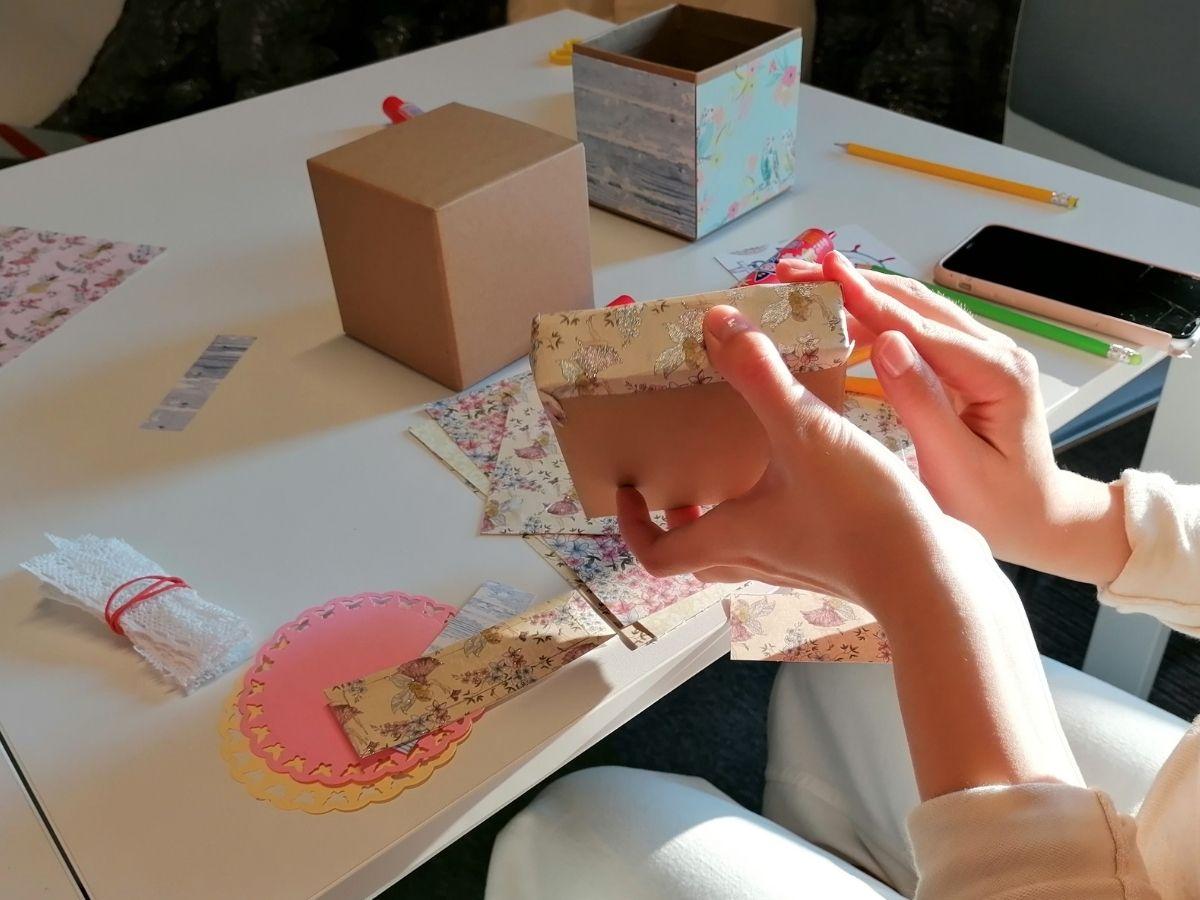 Uczestniczki warsztatów wykonują pudełeczka