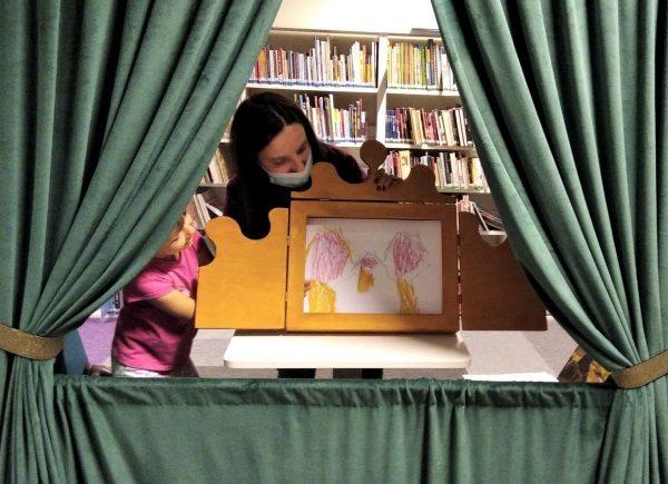 Przedstawienie przygotowanych ilustracji wformie teatrzyku Kamishiabi