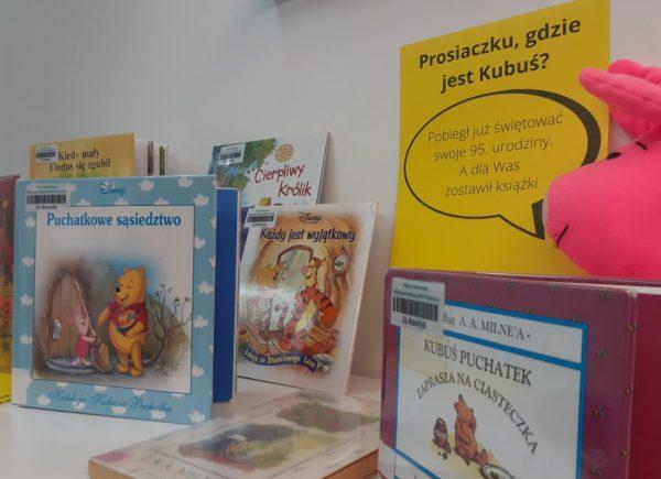 Wystawka książek dotyczących Kubusia Puchatka