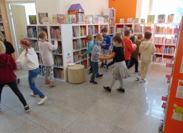 Lekcja biblioteczna - wizyta klasy 1 w bibliotece