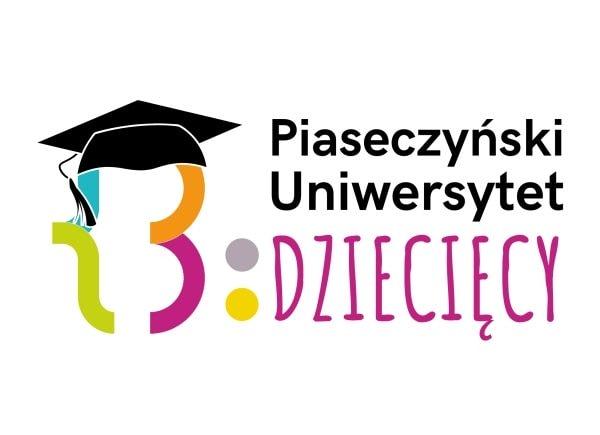 Logo przedstawiające ozdobną literę B. Jest ta litera czterokolorowa (lewy górna ćwiartka błękitna, prawa górna ćwiartka pomarańczowa, lewa dolna ćwiartka zielonkawa, prawa dolna ćwiartka różowa. Na górnej części litery B znajduje się czarny biret studencki, po prawej stronie litery B na wysokości jej prawej różowej ćwiartki dwie kropki, szara nad żółtą. Po prawej stronie od kropek w 3 liniach od czubka do spodu litery B napis Piaseczyński Uniwersytet Dziecięcy, słowa piaseczyński uniwersytet w kolorze czarnym, słowo dziecięcy w kolorze różowym,