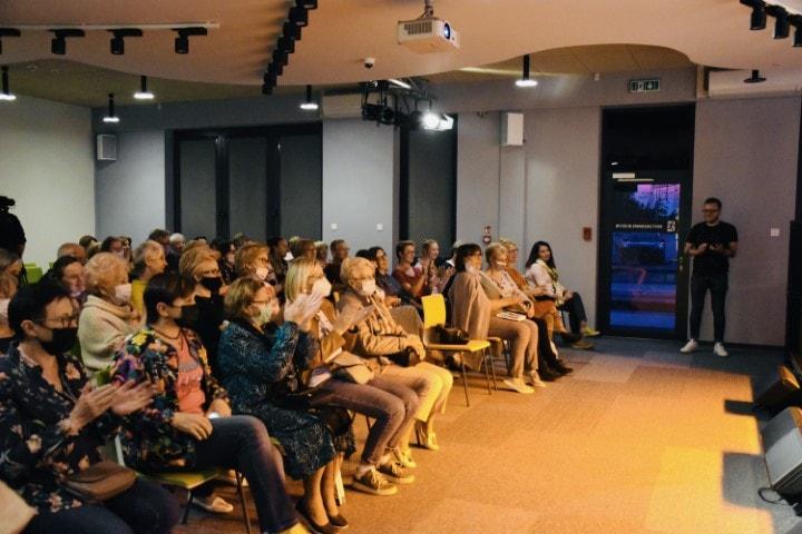 Na zdjęciu widać publiczność, któranagradza brawami Stanisławę Celińską podczas spotkania autorskiego.