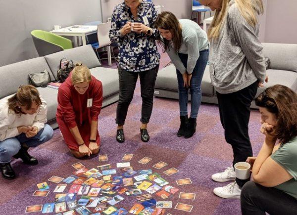 Uczestniczki warsztatów z kartami gry Dixit